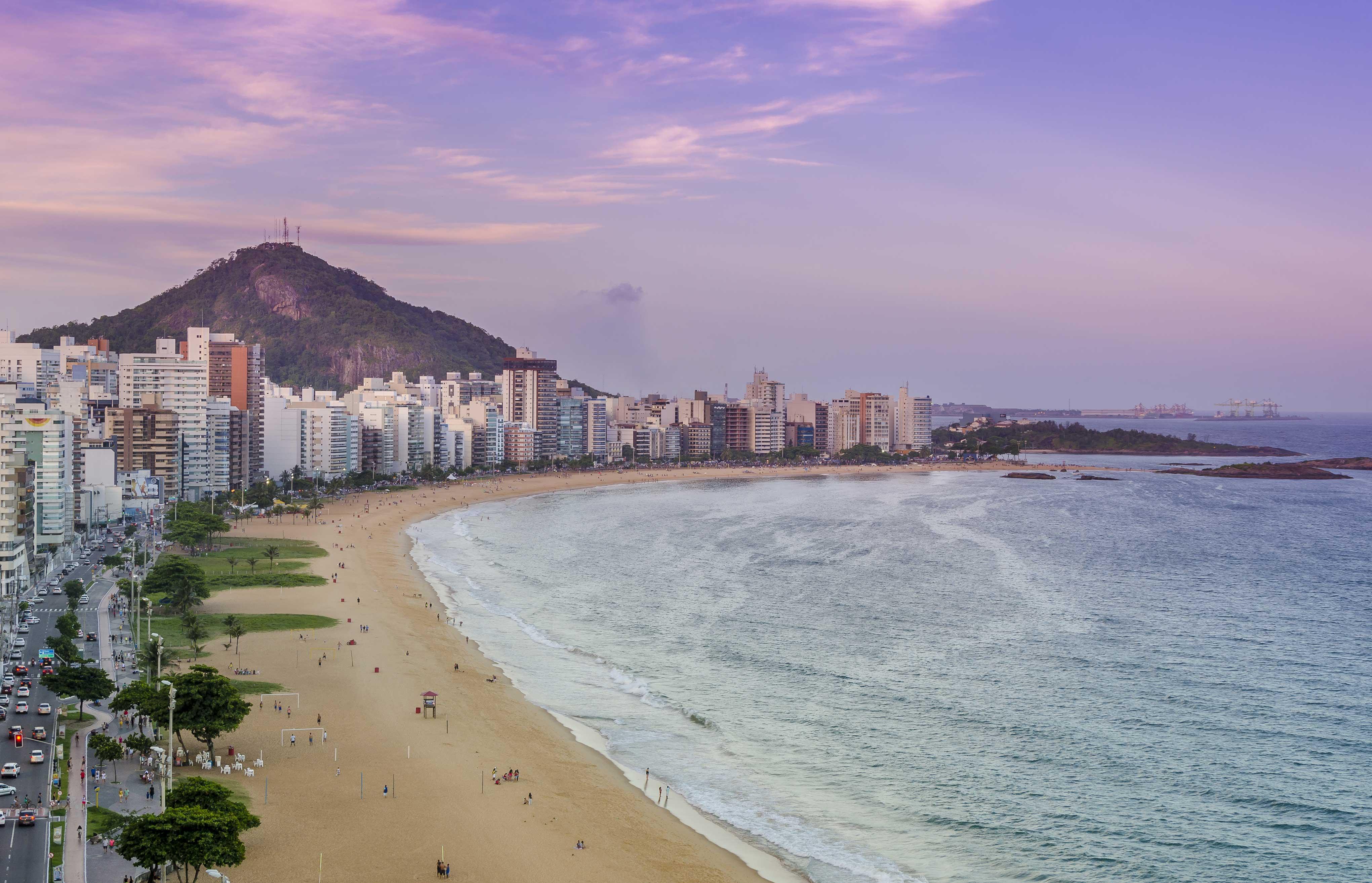 Praia da Costa e o Morro do Moreno